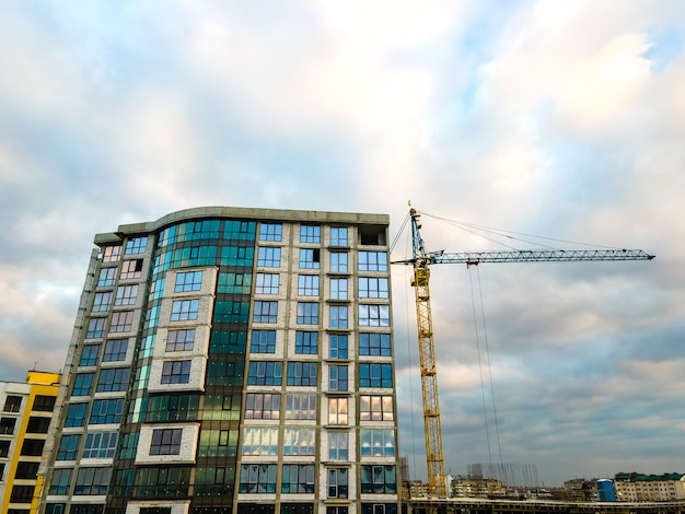 Вид с воздуха на строительство высокого жилого многоквартирного дома.