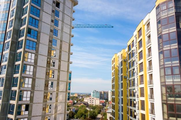 建設中の壁に階数のある高層住宅の空撮。不動産開発。