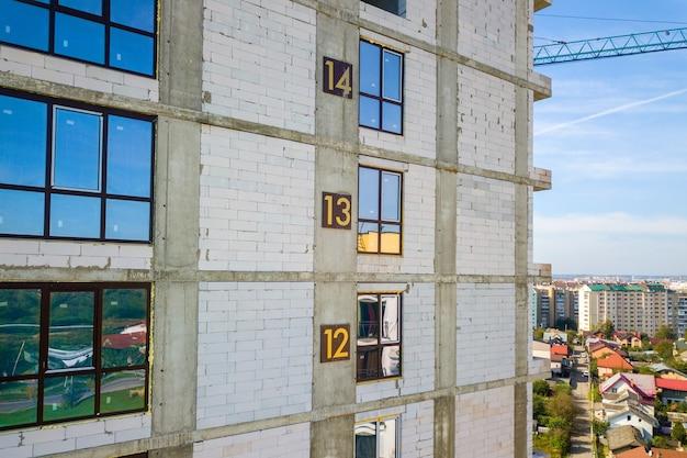 建設中の壁に階数のある高層住宅の空中写真。