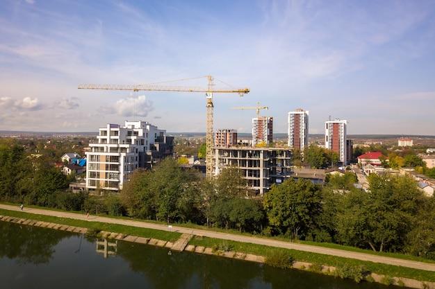 건설중인 높은 주거 아파트 건물의 공중 전망. 부동산 개발.