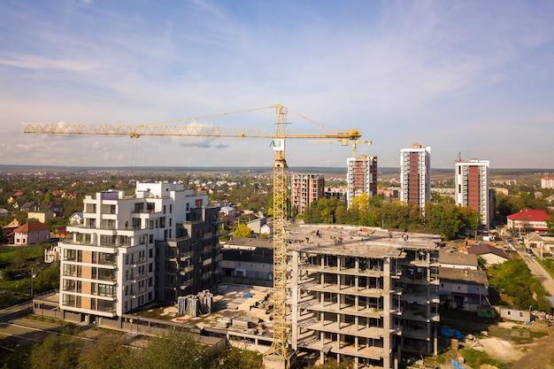 Вид с воздуха на строящиеся высокие жилые многоквартирные дома. развитие недвижимости.