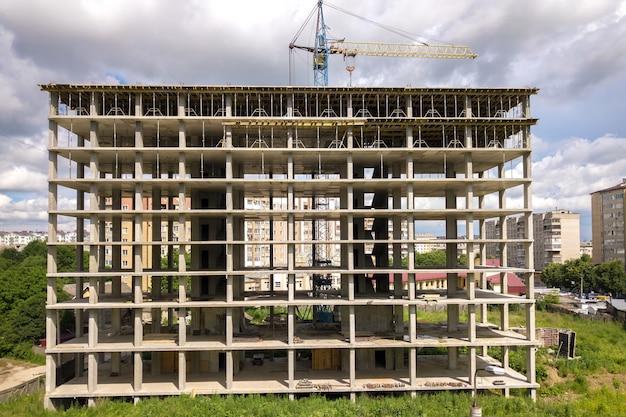고층 타워 크레인과 건설 중인 주거용 아파트 건물의 공중 전망. 부동산 개발.