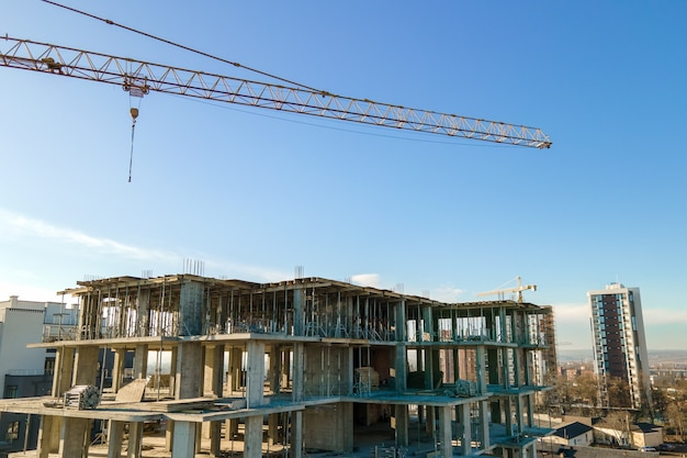 建設中の高層タワークレーンと住宅のアパートの空撮。不動産開発。