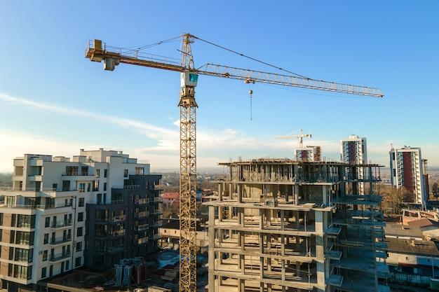 건설 중인 고층 타워 크레인 및 주거용 아파트 건물의 조감도