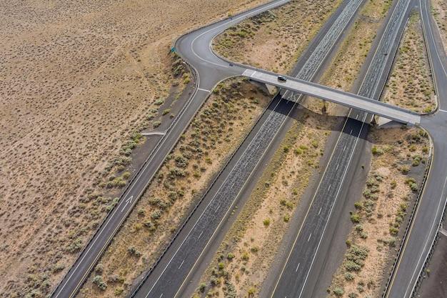 アメリカ南西部のニューメキシコ砂漠の高速道路の航空写真