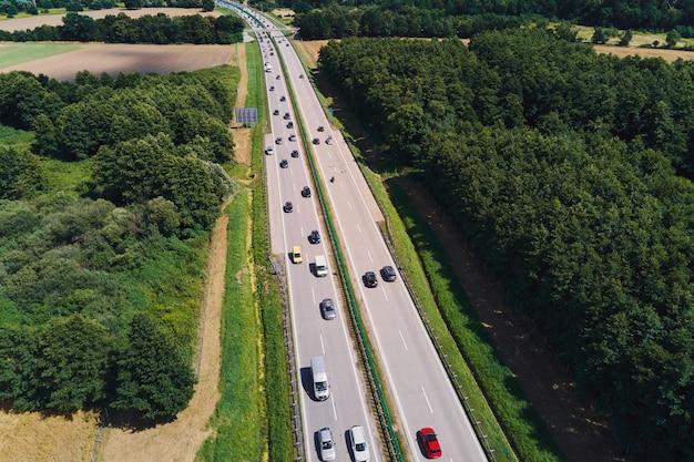 車が移動している高速道路の航空写真。道路交通