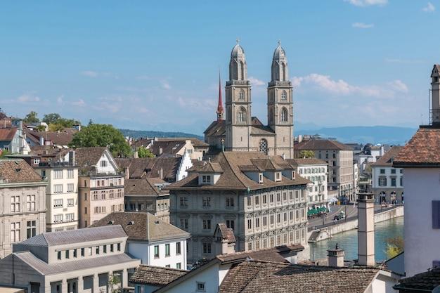 스위스 취리히의 린덴호프 공원에서 유명한 그로스문스터 교회와 리마트 강이 있는 유서 깊은 취리히 도심의 공중 전망. 여름 풍경, 햇살 날씨, 푸른 하늘과 화창한 날
