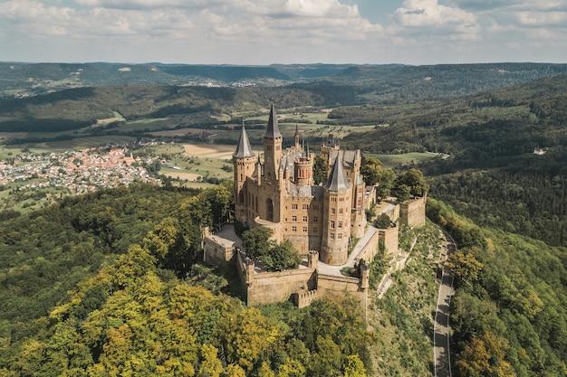 Вид с воздуха на замок гогенцоллернов, известное туристическое место в германии