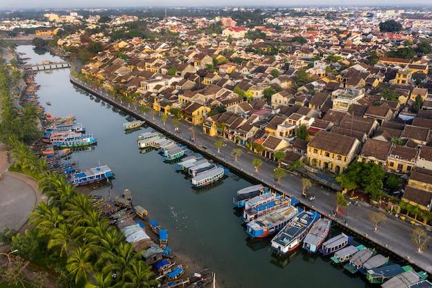 Вид с воздуха на древний город хойан во вьетнаме