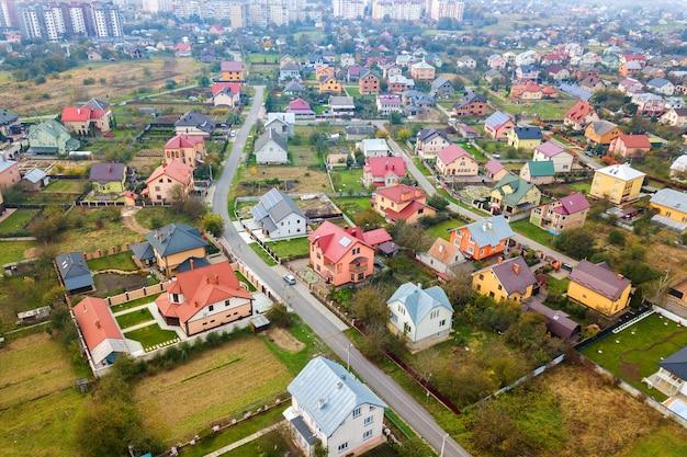Вид с воздуха на крыши домов в жилом сельском районе.