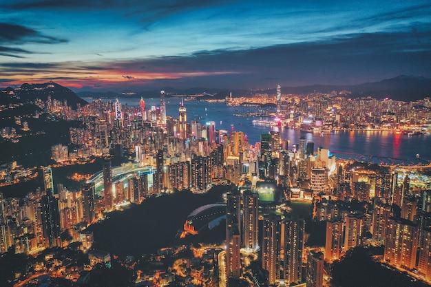 日没時の香港市の空撮