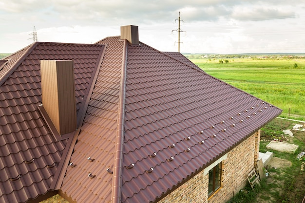 Вид с воздуха на конструкцию крыши дома, покрытую листами металлочерепицы