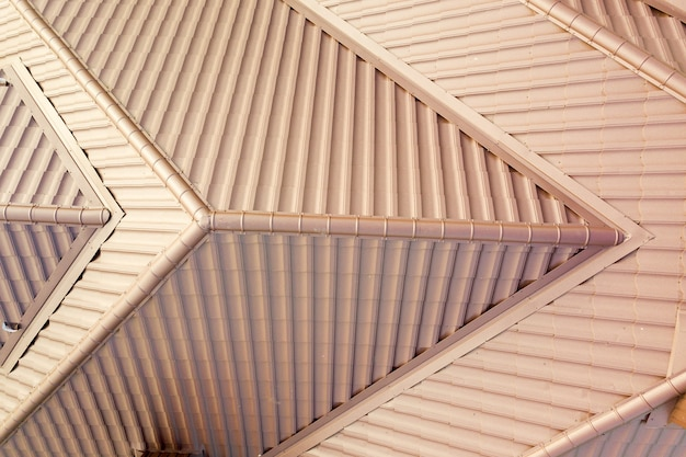 金属タイルシートで覆われた家の屋根構造の航空写真