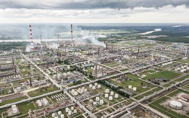 煙突とタンクを備えた巨大な石油精製所の航空写真