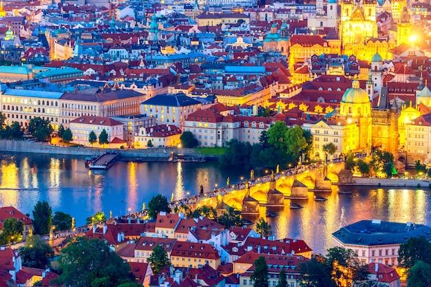 カレル橋で照らされたプラハの空撮