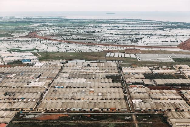インドネシアのジャカルタのアップタウンの工業地帯の空撮。