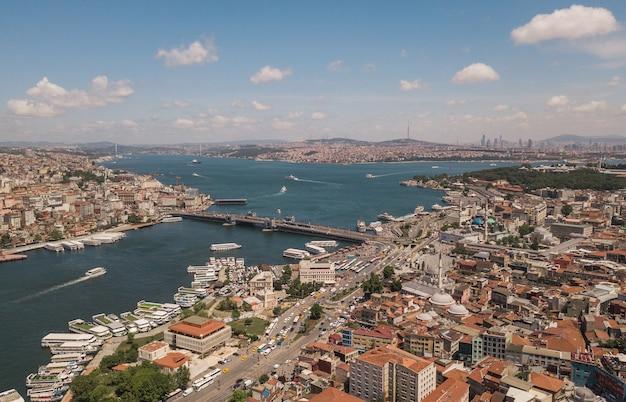 Вид с воздуха на стамбул. галатский мост в центре композиции