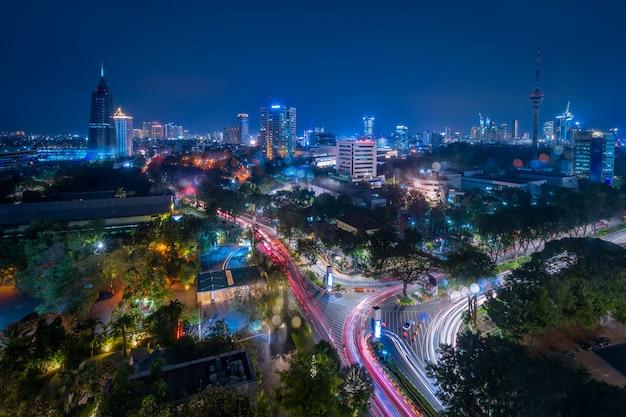 夕暮れ時(青い時間)のジャカルタの中央ビジネス地区の空撮。夕暮れ時のジャカルタの街並み。ジャカルタの街並み。ワイドスクリーンの写真。ジャワ島、インドネシア。