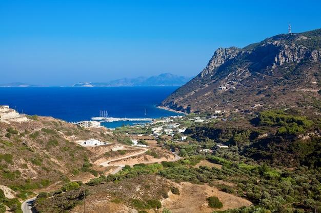 Вид с воздуха на залив камари на острове кос