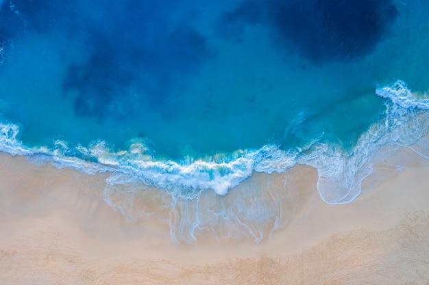 Вид с воздуха пляжа kelingking в острове nusa penida, бали в индонезии.