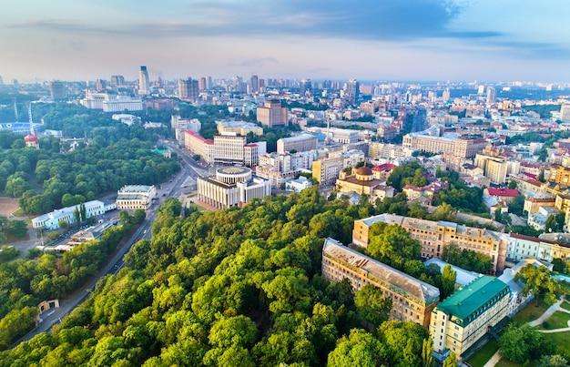 Аэрофотоснимок крещатика, европейской площади и украинского дома в центре киева, столицы украины