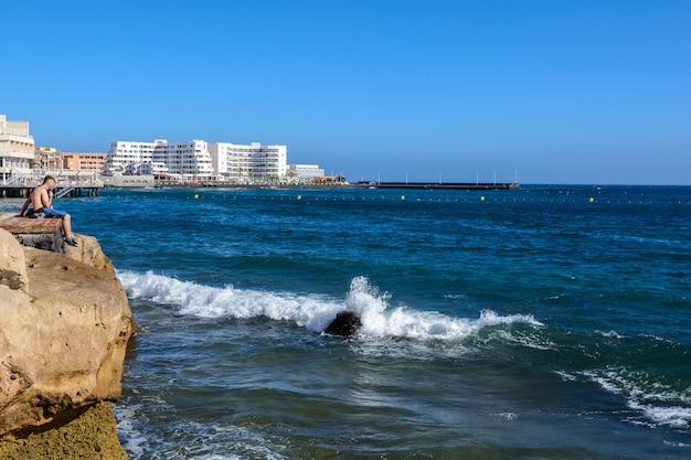 Аэрофотоснимок кайтсерфинга на волнах моря. пляж, набережная, красивый город эль медано. тенерифе, испания.