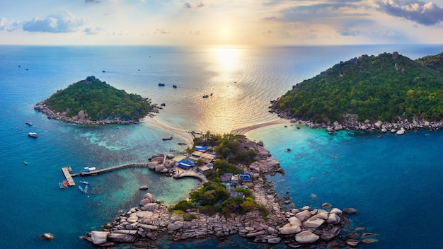 タイ、スラタニのナンユアン島の空撮。