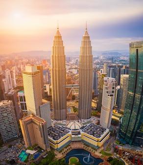 Вид с воздуха горизонта города куалаа-лумпур на заходе солнца в куалае-лумпур, малайзии.