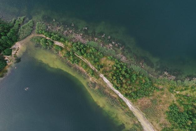 Вид с воздуха на озеро