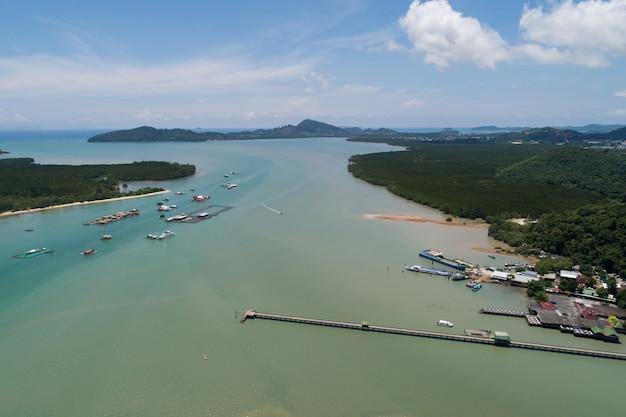 공중 보기 드론 샷, 높은 각도 보기로 푸켓 태국 여름 시즌 이미지에서 바다 해안 전망과 아름다운 열대 바다의 풍경 자연 경관의 공중 전망.