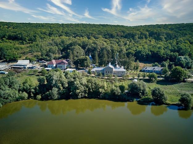 モルドバ共和国のthiganesty修道院についての湖のある風景の空撮。