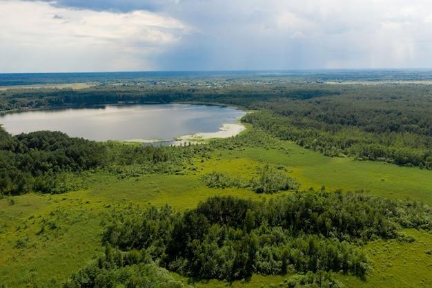 Вид с воздуха на большое озеро страны для рыбалки, аэрофотосъемка. понятие об активном, эко- и фототуризме.