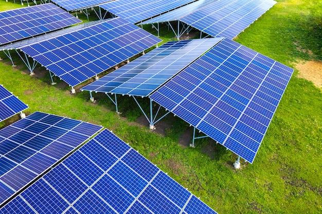 깨끗한 생태 전기 에너지를 생산하기 위해 태양광 패널이 줄지어 있는 지속 가능한 대형 발전소의 공중 전망. 제로 배출 개념의 재생 가능한 전기.