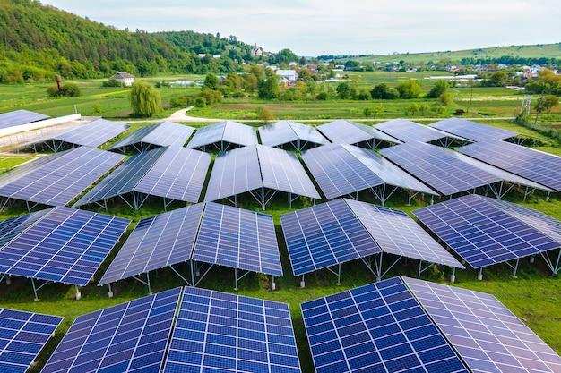 Аэрофотоснимок большой устойчивой электростанции с рядами солнечных фотоэлектрических панелей для производства экологически чистой электроэнергии. возобновляемая электроэнергия с концепцией нулевого выброса.
