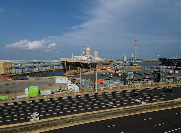 大型タンカー船の航空写真は、米国ペンシルベニア州デラウェア川の造船所で改装中です