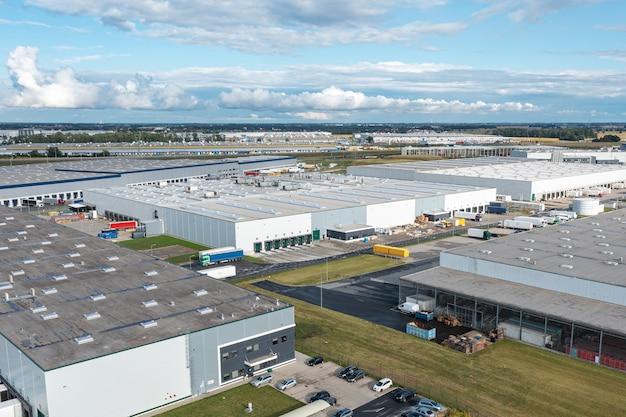 大きな倉庫の航空写真。上から工業都市ゾーンの物流センター。