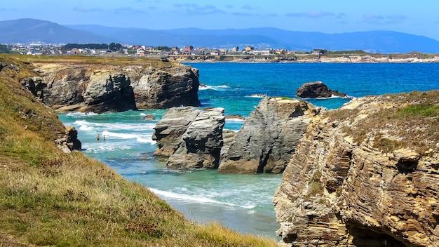 海岸沿いの夏の家とラスカテドラルビーチの空撮。ガリシアスペイン。