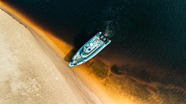 ラトビア州国境警備隊の軍用ボートのパトロールの航空写真