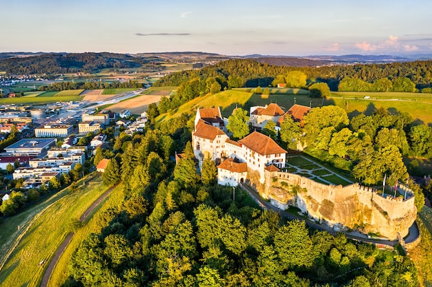 Вид с воздуха на замок ленцбург в ааргау, швейцария
