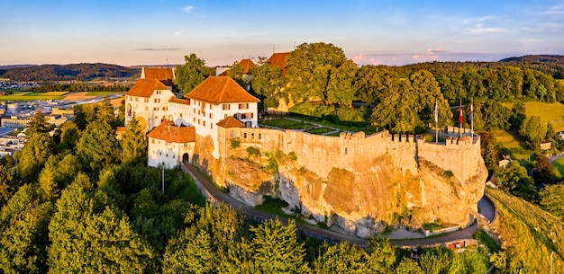 アールガウ、スイスのレンツブルク城の航空写真