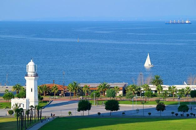 ジョージアの海岸にある灯台の航空写真黒海バトゥミアジャリア地域ジョージア
