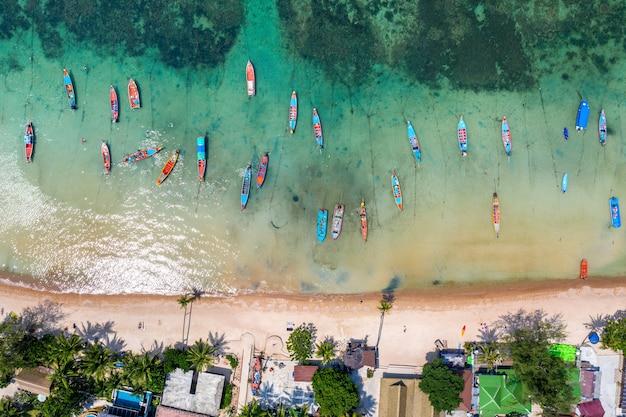 Вид с воздуха на длиннохвостые лодки на море на острове ко тао, таиланд