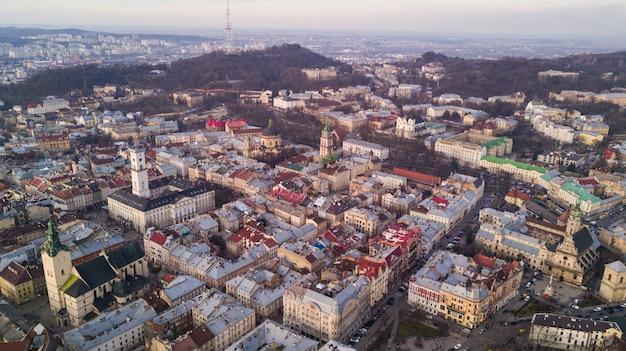 Аэрофотоснимок исторического центра города львова. центр львова в западной украине сверху