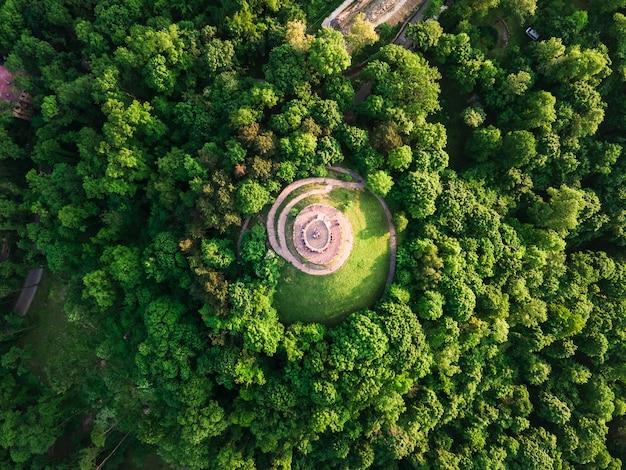Аэрофотоснимок львовской смотровой площадки, открывающей вид на старый центр города, концепция путешествия летом