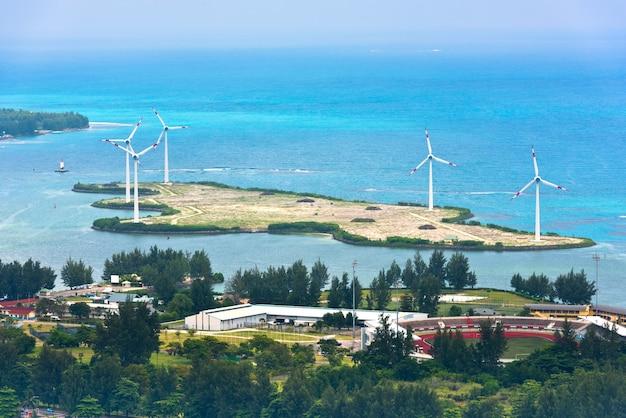 Вид с воздуха на сейшельские острова маэ. ветряные турбины возле виктории