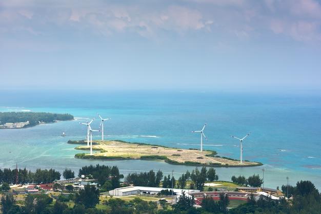 マヘ島セイシェルの航空写真。ビクトリア近郊の風力タービン