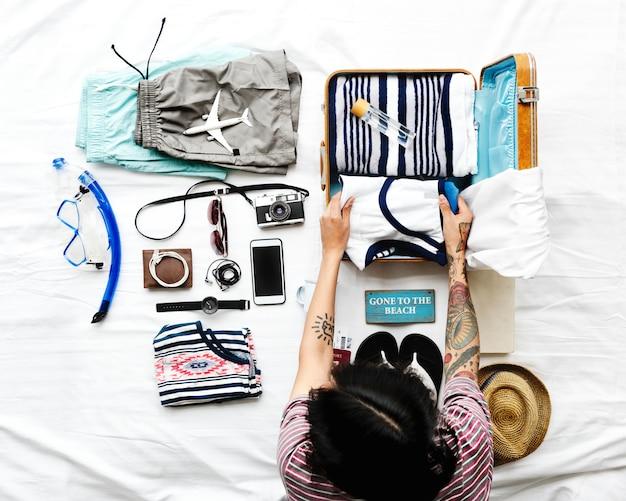 Аэрофотоснимок человека упаковки одежды для поездки