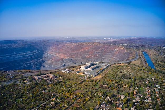 ウクライナ南部の鉱山工場の巨大な採石場近くの管理棟の航空写真