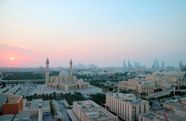 夕焼け空を背景にアルファテグランドモスクとマナーマの空撮