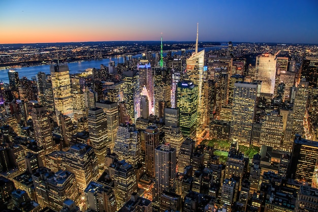 미국 뉴욕시의 일몰 야간 조명에서 맨해튼의 공중 전망